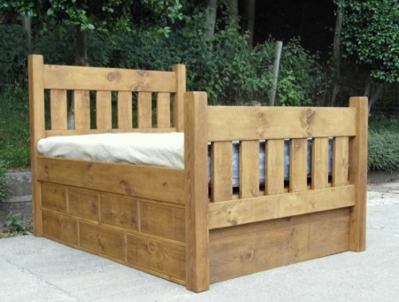 Slat bed with high foot board and 2 / 7 drawer packs, one per side